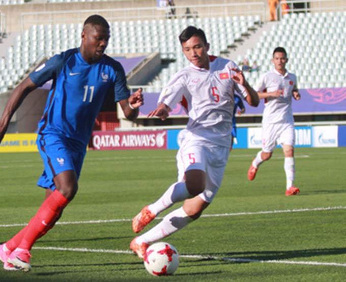 Thuram bị Văn Hậu đeo bám ở trận đấu giữa U20 Việt Nam và U20 Pháp, tại VCK U20 World Cup 2017
