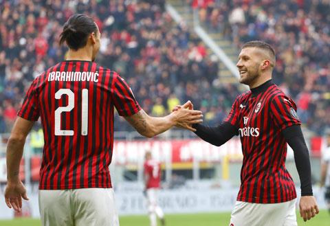 Cả 7 bàn thắng của Rebic (phải) ở mùa này đều được ghi khi Ibrahimovic hiện diện trên sân
