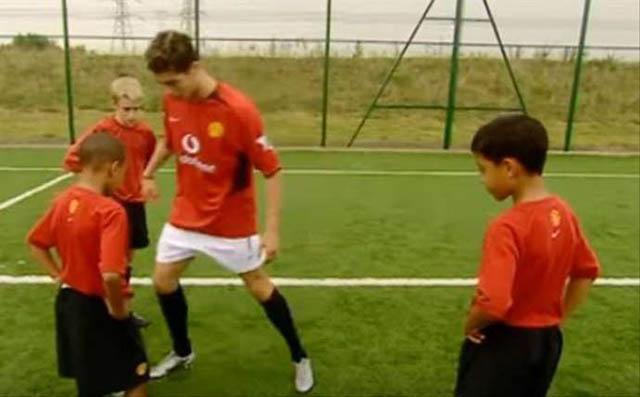 Ronaldo trình diễn kỹ thuật cá nhân trước các cầu thủ nhí