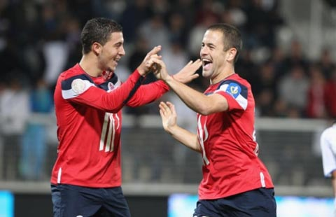 Hazard được Cole (phải) khuyên tới Chelsea