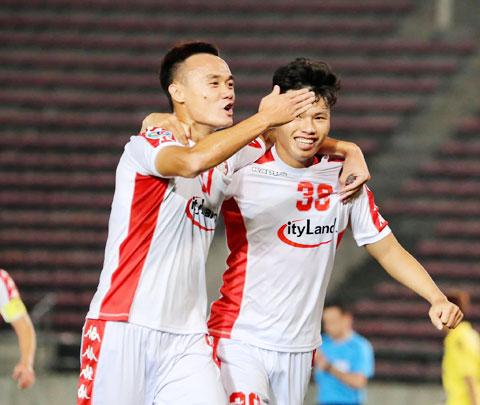 Xuân Nam (trái) thường ghi bàn cho TP.HCM sau khi vào sân từ ghế dự bị