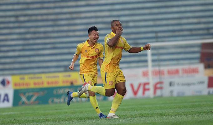 Tiền đạo Brazil khiến sân Thiên Trường nổ tung khi ghi bàn thắng đẹp mắt quân bình tỷ số 1-1 cho DNH.NĐ ở phút 19