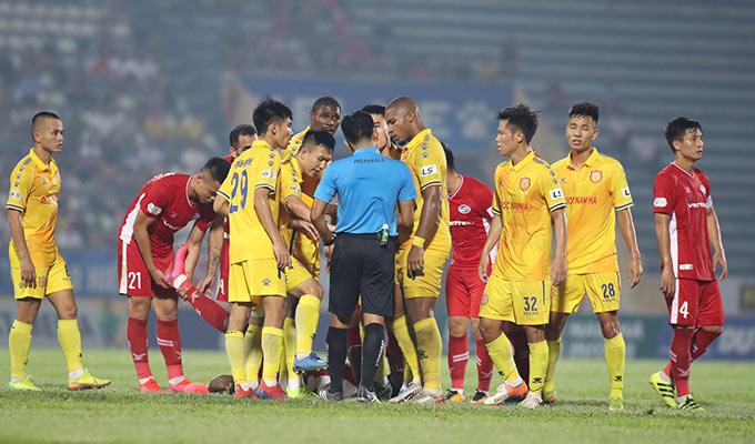 Trước áp lực tấn công của đội khách, các hậu vệ chủ nhà đã không giữ được bình tĩnh khi liên tục có những pha vào bóng quyết liệt