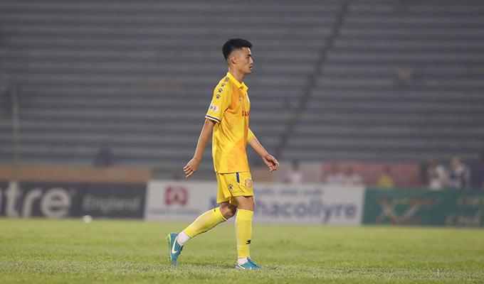 Trung vệ Anh Quang phải nhận thẻ đỏ của trọng tài Ngọc Châu khi có pha vào bóng bằng gầm giày khiến Bruno nằm sân. Đáng chú ý, trung vệ 29 tuổi mới chỉ vào sân thay người chưa được 2 phút
