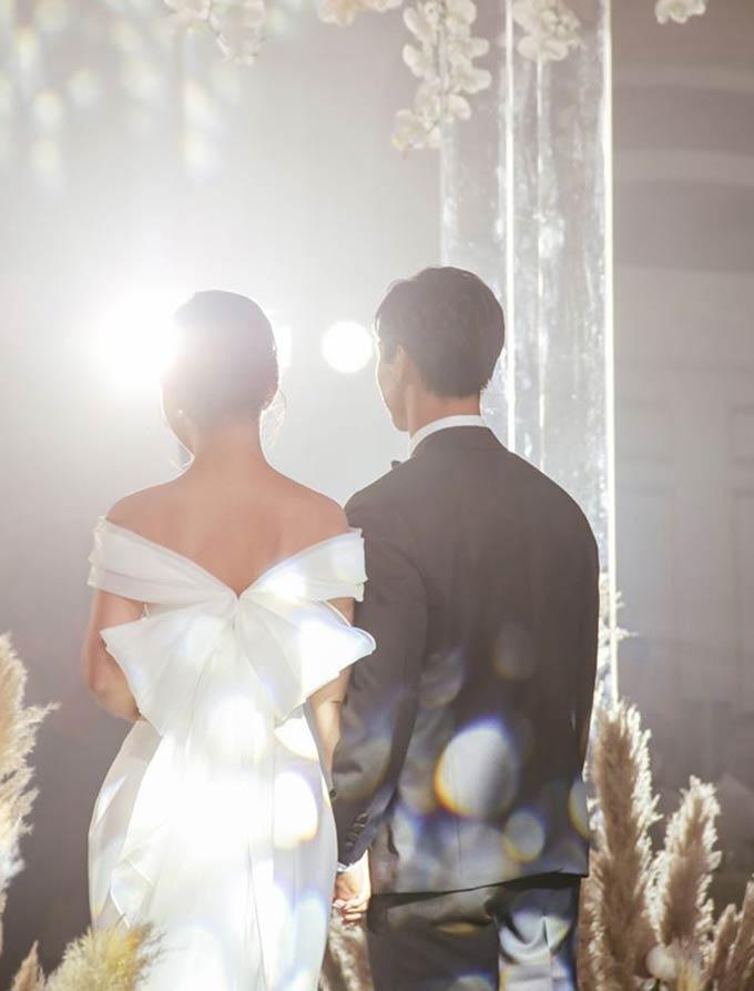 Phải sau lễ đính hôn 2 ngày, Công Phượng mới chia sẻ những bức hình mình và vợ sắp cưới Viên Minh trong buổi lễ đính hôn