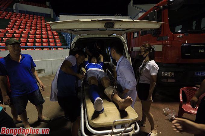 Hải Huy được đưa đi cấp cứu. HLV Phan Thanh Hùng xác nhận anh đã bị gãy xương