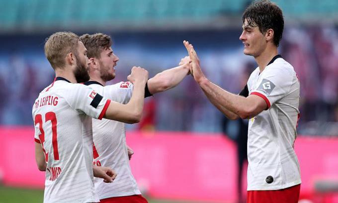 Schick (phải) mở tỷ số cho RB Leipzig ở phút 27