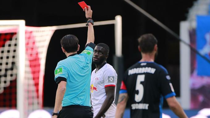 Upamecano nhận thẻ đỏ ở phút 43