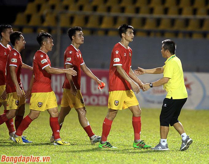HLV Phạm Minh Đức bắt tay cảm ơn các học trò sau chiến thắng trước Than.QN - Ảnh: Minh Tuấn