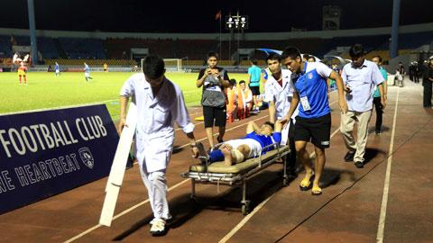 Cán bộ y tế đưa Hải Huy đi cấp cứu sau tình huống va chạm mạnh với Hoàng  Lâm (ảnh dưới) Ảnh: Minh Tuấn