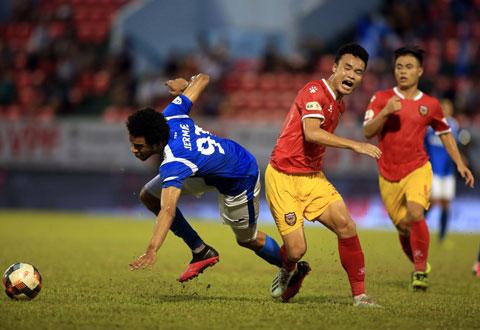 Tiền đạo Than.QN (trái) thất thế trong pha tranh bóng với hậu vệ HL Hà TĩnhẢnh: Minh Tuấn