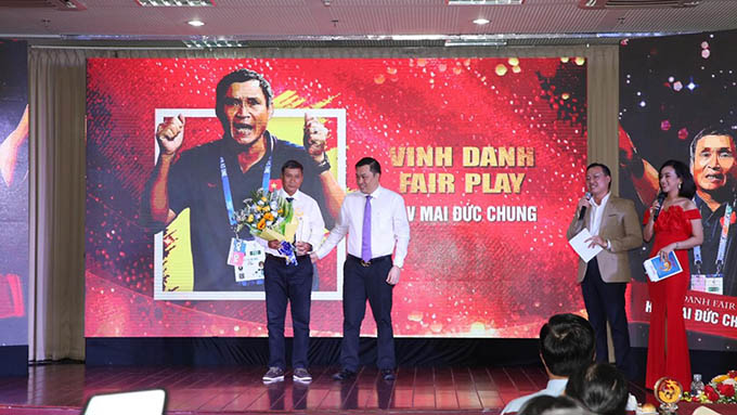 """PCT VFF Cao Văn Chóng trao phần thưởng """"vinh danh"""" cho HLV Mai Đức Chung"""