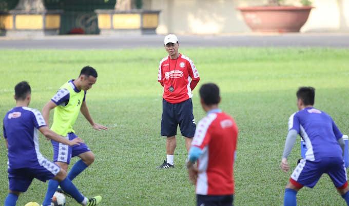 HLV Chung Hae Soung chỉ đạo cầu thủ trong một buổi tập