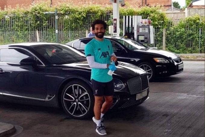 Salah trả tiền đổ xăng cho tất cả mọi người có mặt ở cây xăng