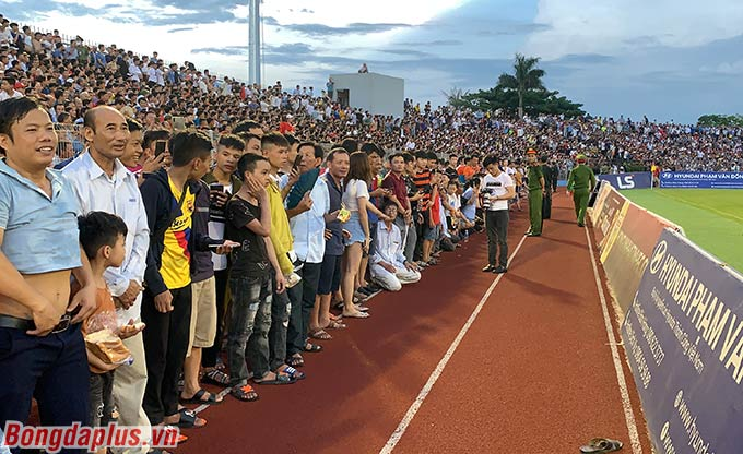 Vỡ sân Hà Tĩnh năm 2020 vì Hà Nội FC - Ảnh: Minh Tuấn