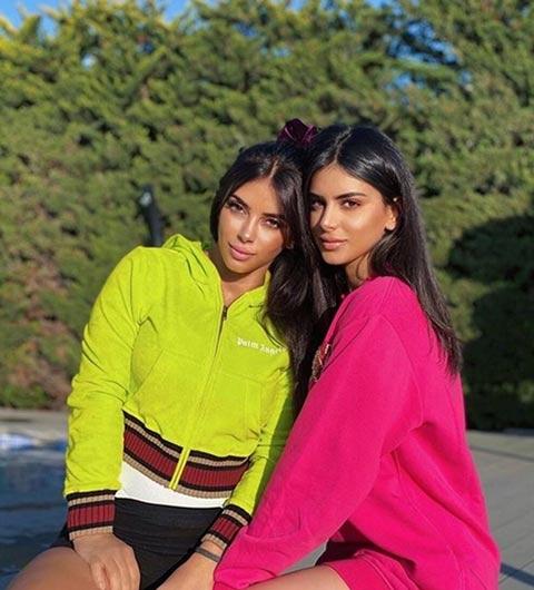 Bồ Fabregas trông như chị em với con gái kém 25 tuổi