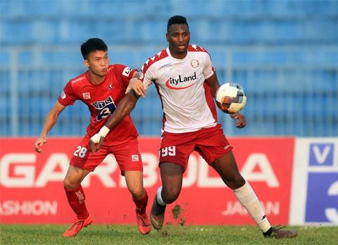 Amido (phải) trong màu áo TP.HCM  Ảnh: Minh Tuấn