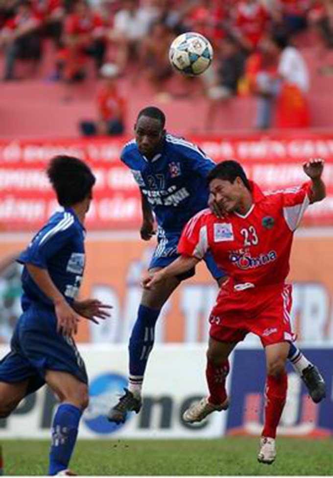 Bình Định (xanh) vẫn là hàng thủ giữ sạch lưới số 1 trong lịch sử V.League