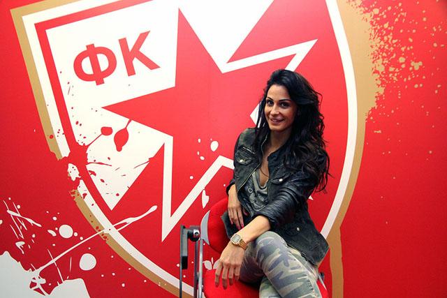 """Katarina Sreckovic: phóng viên kiêm MC cho kênh truyền hình nội bộ của CLB Sao Đỏ Belgrade (Serbia). Sreckovic không chỉ có vẻ đẹp về hình thể, cô nàng này còn là rất hoạt ngôn, am hiểu thể thao.Ngoài công việc chính, Sreckovic thường xuyên dành thời gian để chơi thể thao, luyện yoga và có chế độ ăn uống phù hợp để giữ được vóc dáng """"chuẩn khỏi chỉnh"""". Bên cạnh đó, cô thường xuyên chia sẻ những hình ảnh sexy của mình trên Instagram cá nhân khiến nhiều anh chàng phải """"nuốt nước bọt"""""""