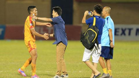HLV Thành Công động viên học trò sau trận thắng Ảnh: Đức Cường