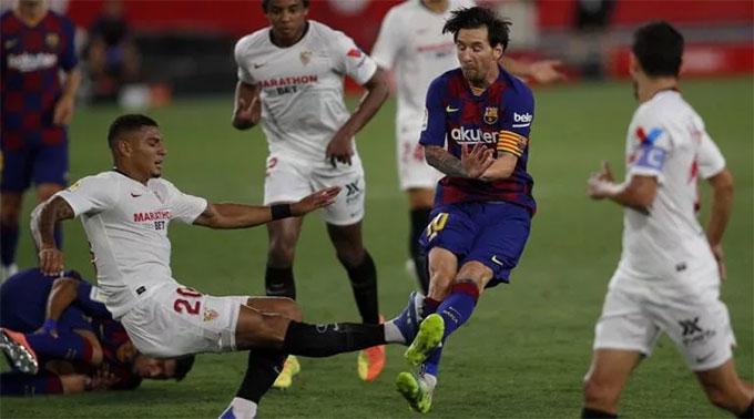 Cận cảnh Carlos đạp thẳng vào chân Messi