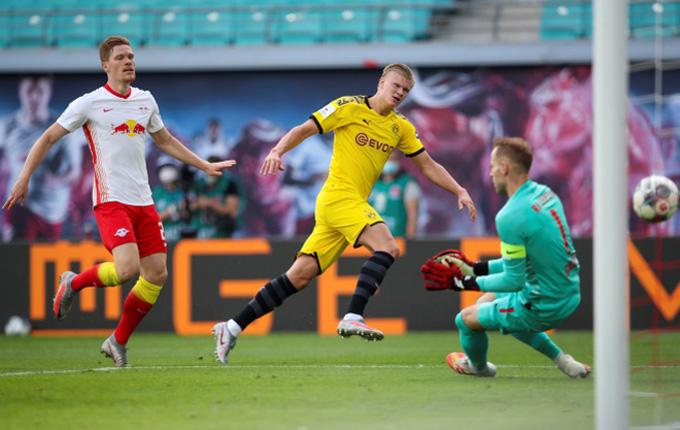 Haaland ghi cả 2 bàn giúp Dortmund giành chiến thắng 2-0 ngay trên sân của RB Leipzig