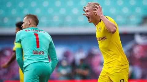 Cú đúp của Haaland (phải) giúp Dortmund đánh bại Leipzig để chắc suất ngôi nhì BXH