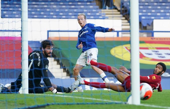 Everton cũng có những pha tấn công xuất sắc và đáng tiếc nhất là cú dứt điểm trúng cột dọc của Tom Davies