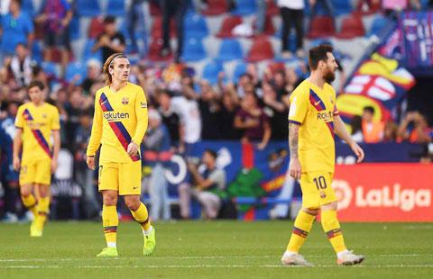 Griezmann (trái) đang chịu rất nhiều áp lực khi bị Messi quay lưng ở Barca