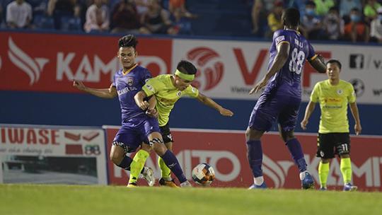 B.BD (áo xanh) đã thất bại trước Hà Nội FC - Ảnh: Tung Hoang