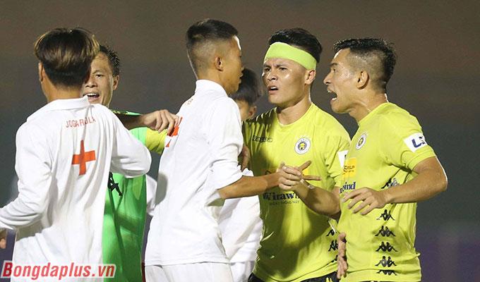 Nhiều cầu thủ Hà Nội FC bức xúc trước cách xử lý nghiệp dư của đội khiêng cáng B.BD - Ảnh: Quốc An