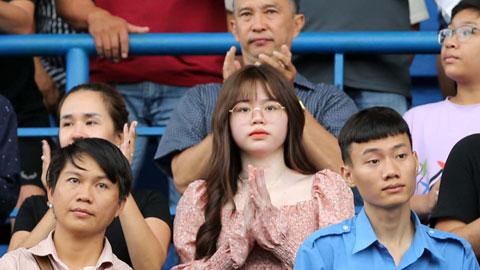 Huỳnh Anh (giữa) trên khán đài sân Gò Đậu  Ảnh: Quốc An