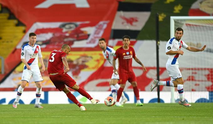 Cú nã đại bác từ cự ly hơn 30m của Fabinho mang về bàn thắng thứ 3