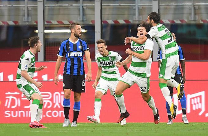 Inter liên tục vươn lên dẫn trước nhưng không thể có trọn 3 điểm trước Sassuolo