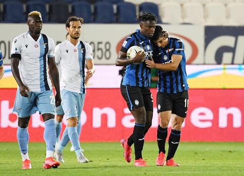 Trong khi Inter của Lukaku (ảnh trên) bị Sassuolo cầm hòa, thì Lazio thua ngược Atalanta ở vòng 27