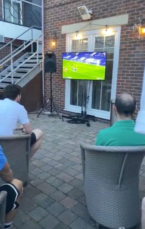 Các cầu thủ Liverpool ngồi trước tivi theo dõi thời khắc lịch sử