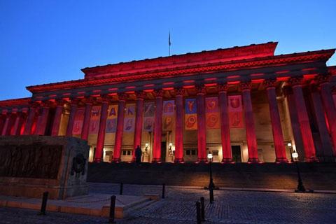 Các công trình nổi tiếng của thành phố Liverpool được trang trí ăn mừng chức vô địch