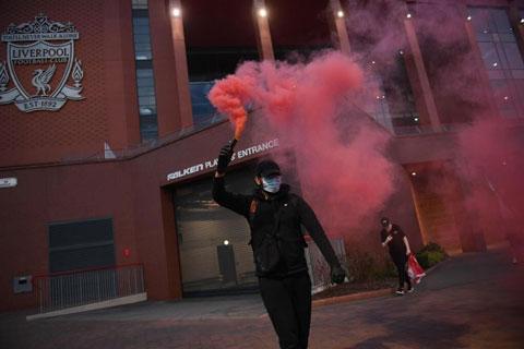 Trước cửa sân Anfield tràn ngập sắc đỏ