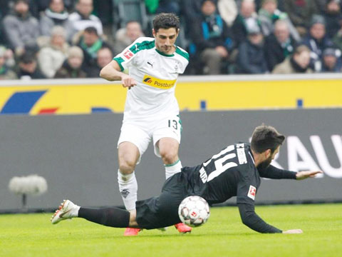 M'gladbach (áo sáng) sẽ có chiến thắng không mấy khó khăn trước Hertha để giành vé dự Champions League mùa tới