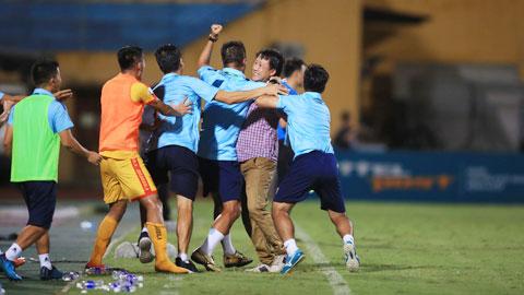 HLVNguyễn Thành Công (thứ 2 từ phải sang) ăn mừng chiến thắng cùng BHL Thanh Hóa - Ảnh: MINH TUẤN