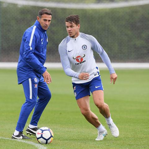 Van Ginkel (phải) vừa được Chelsea gia hạn 1 năm