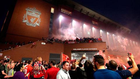 Bất chấp tình hình dịch bệnh còn phức tạp, các CĐV Liverpool vẫn tràn ra đường ăn mừng chức vô địch của đội nhà