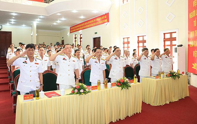 Đồng chí Chuẩn Đô đốc Trần Ngọc Quyết - Phó Tham mưu trưởng Quân chủng (bìa trái) dự Đại hội