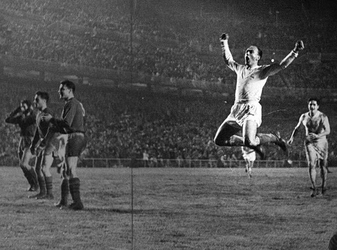"""Alfredo Di Stéfano - """"Mũi tên bạc"""" Di Stéfano có thể nổi tiếng với người hâm mộ thế giới với tư cách cầu thủ khi có những chiến công hiển hách như 5 lần vô địch liên tiếp Cúp C1 và giành tới 8 danh hiệu La Liga trong các năm 1954, 1955, 1957, 1958, 1961, 1962, 1963, 1964. Tuy nhiên, ít người biết Di Stéfano còn từng vô địch La Liga với tư cách HLV nhưng là với Valencia. Los Che của Di Stéfano vượt qua Barca nhờ vào thành tích đối đầu trực tiếp mùa 1970/71."""