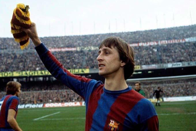 """Johan Cruyff - Trái ngược với Del Bosque và Valdano, Cruyff lại là biểu tượng không thể thay thế ở Barca. Mỗi lần Cruyff cập bến Barca ở cả tư cách cầu thủ lẫn HLV, đội bóng này đều đang gặp khó khăn trầm trọng. Nhưng với tư tưởng và khả năng của mình, Cruyff xoay chuyển tình hình và biến Barca vĩ đại trở lại. Năm 1974, tiền vệ tài hoa Cruyff lên đỉnh La Liga cùng Barca. Bốn chức vô địch La Liga còn lại của Cruyff đều trên cương vị HLV Barca với đội hình """"Dream Team"""" huyền thoại."""