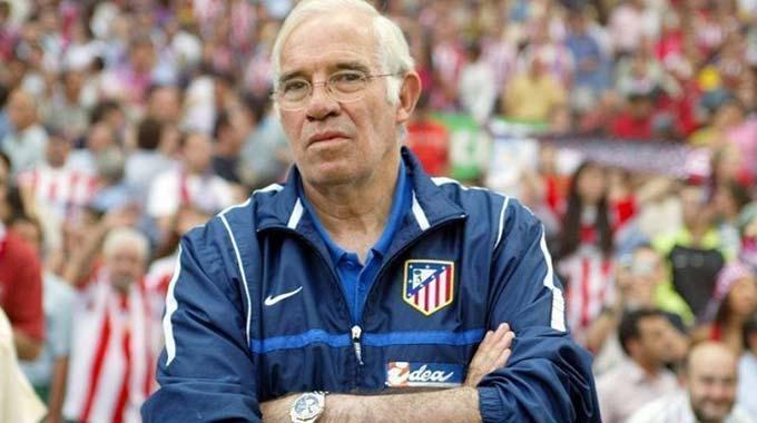 """Luis Aragonés - """"Nhà hiền triết"""" Aragonés thì lại là vị thánh của Atletico. Lúc còn xỏ giày ra sân mỗi tuần, Aragonés giúp Atletico vô địch La Liga các năm 1966, 1970 và 1973. Đến năm 1977, Aragonés một lần nữa vô địch Tây Ban Nha cùng Rojiblancos nhưng là với tư cách HLV."""