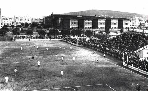 Sân đấu đầu tiên của Barca tại Carrer de la Industria khá nhỏ và người ta đã phải dựng một khán đài 2 tầng ở bên ngoài