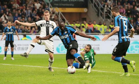 Inter (áo sẫm) thua 4 trong 6 lần gần nhất hành quân tới sân nhà của Parma