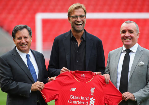 Klopp được chào đón ở Anfield (ảnh nhỏ), nhưng phải 5 năm sau thì ông mới đưa được Liverpool lên ngai vàng Premier League