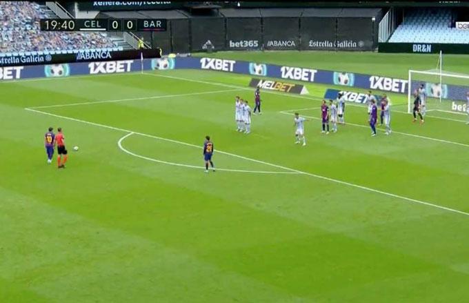 Ai cũng nghĩ Messi sẽ đá thẳng trong quả phạt này